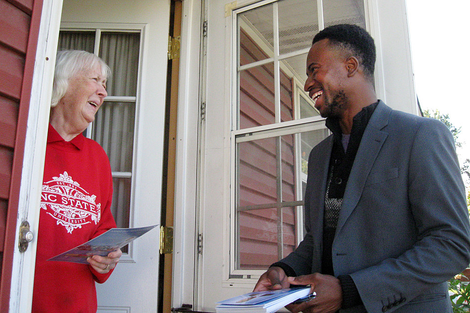 Brooklyn Center mayoral challenger Mike Elliott talks with voter Nancy Tanji, on Oct. 4, 2014. Source: MPR News